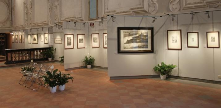 Panoramica del lato destro (dall'ingresso): la maestosa acquaforte e acquatinta di Federico Romero Bayter e le affascinanti opere di Roberta Zamboni