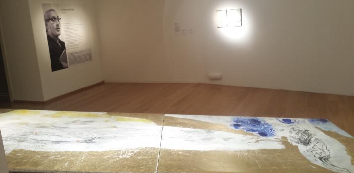 In primo piano la monumentale opera di Franco Corradini. Sullo sfondo Don Luciano osserva incuriosito