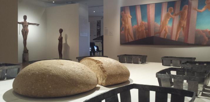 I pani in pietra vicentina nell'installazione di Daniela Novello. Sullo sfondo, a sinistra le sculture di Bianca Orsi e sulla destra il trittico di Marilisa Pizzorno
