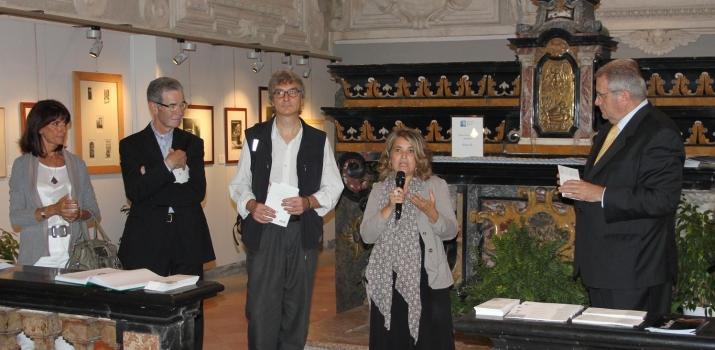 Un momento dell'inaugurazione. Gli artisti presenti durante l'introduzione di Patrizia Foglia