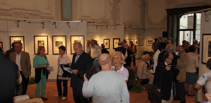 Vista dal fondo della mostra su parte del pubblico presente
