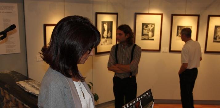 In primo piano l'artista Elisabbetta Bevilacqua, e sullo sfondo l'incisore Adriano Moneghetti