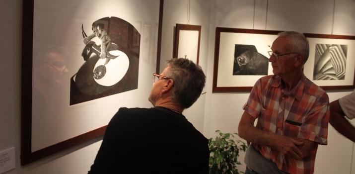 Lorenzo Bongiorni e Sergio Zanaboni osservano alcune opere di Fulvio Tomasi