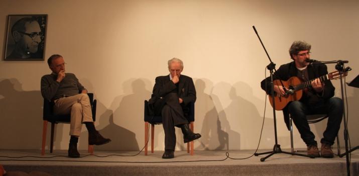 06/12/14. Lo scrittore Andrea Maietti intervista il poeta Franco Loi, in un incontro/intervista sul sacro nella poesia. Nella foto, un momento dell'esibizione del cantautore Claudio Sanfilippo