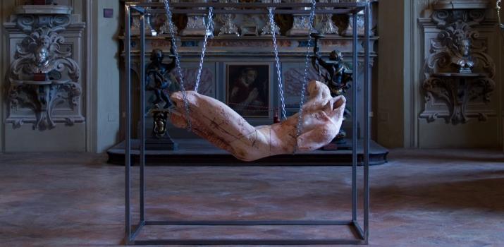 Suspension. Opera in marmo travertino persiano e ferro dell'artista piacentino Christian Zucconi. L'opera è esposta presso il Museo Diocesano di Arte Sacra