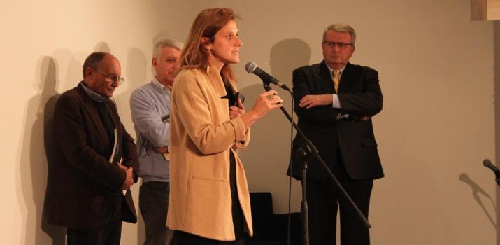 Un momento dell'inaugurazione. La curatrice Chiara Gatti racconta il perchè di una mostra sul sacro nell'arte contemporanea. Sulla destra il curatore Giorgio Seveso e in centro il Presidente Gianmaria Bellocchio