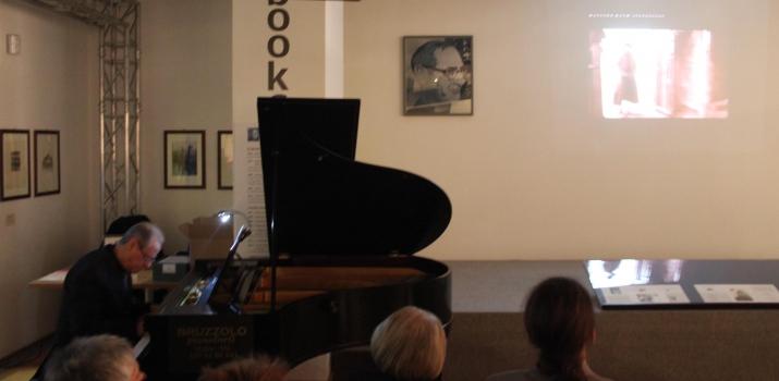 14/12/14. Il pianista Silvano D'Auria in uno spettacolo da lui ideato che racconta la storia del cinema, con la proiezione di spezzoni cinematografici dal 1930 ai giorni nostri