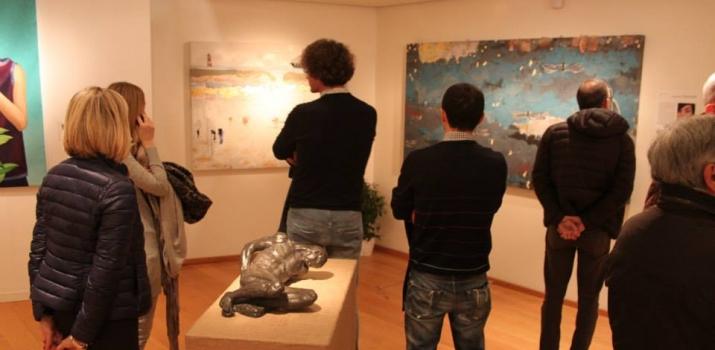 In primo piano una scultura di Ettore Greco e sullo sfondo le opere di Margherita Martinelli
