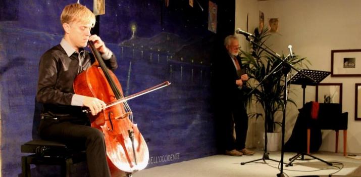 17/11/13. In primo piano Joseph Johnson, Principal Cello (Primo Violoncello) della Toronto Symphony Orchestra (Canada), e sullo sfondo l'attore e regista Antonio Zanoletti durante lo spettacolo «Poesie dai banchi di scuola»